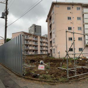 都営住宅の工事塀に、地域猫の通り道を